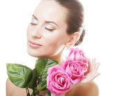 Mulher com rosas rosa — Fotografia Stock