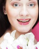 красивые здоровая женщина с цветком орхидея. — Стоковое фото