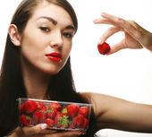 草莓美丽的幸福微笑女人 — 图库照片