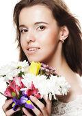 若くてきれいな女性の花を持つ — ストック写真