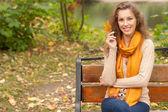 秋天的叶子的年轻优雅女人 — 图库照片