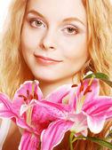 Женщина с розовыми цветами — Стоковое фото