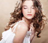 Obraz pięknej młodej kobiety z kręconymi włosami — Zdjęcie stockowe