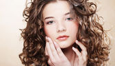 Krásná mladá žena s kudrnatými vlasy — Stock fotografie