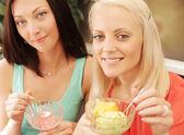 Dziewczyny o przerwa na kawę i jeść lody — Zdjęcie stockowe