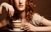 Pretty woman drinking coffee — Stock Photo
