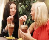 Młode kobiety o przerwa na kawę razem — Zdjęcie stockowe