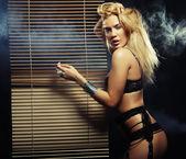 Jovem mulher sexy lingerie preta — Foto Stock