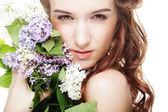Wiosna dziewczyna z kwiatami bzu. — Zdjęcie stockowe