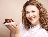 Femme qui riante avec gâteau — Photo