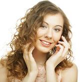 молодая женщина с вьющимися волосами — Стоковое фото