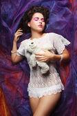 Mujer pone en organza con oso de peluche — Foto de Stock