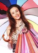 ショッピング バッグや傘を持つ女性 — ストック写真