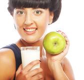牛乳とリンゴの女性 — ストック写真