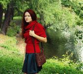 时尚幸福的女人,在秋天的季节 — 图库照片