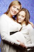 Kobieta w ciąży z córką — Zdjęcie stockowe