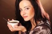 Hermosa chica beber té o café. — Foto de Stock
