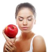 привлекательная молодая женщина с яблоком — Стоковое фото