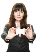 Kvinnan håller ett visitkort och ler — Stockfoto