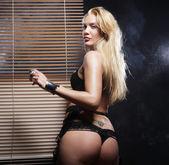 Giovane donna sexy in lingerie nera — Foto Stock