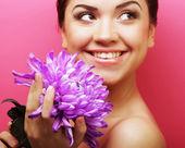 Krásná žena s velkým fialový květ — Stock fotografie