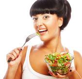 молодая женщина смешные, едят салат — Стоковое фото
