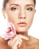 красивая женщина с розовым цветком — Стоковое фото