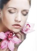 Bella mujer con flor rosa — Foto de Stock