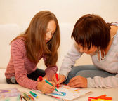 Mom and daughter painting on paper — Stock Photo