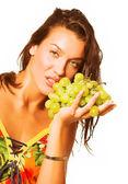 женщина с гроздью винограда — Стоковое фото