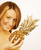 Woman with pineapple — Stockfoto