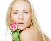 Ragazza bionda con tulipano — Foto Stock