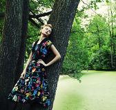 Jeune femme posant sur un arbre — Photo