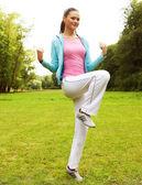 Fitness kvinna på grön park — Stockfoto