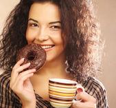 コーヒーとクッキーを持つ女性 — ストック写真