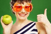 žena s zelené jablko — Stock fotografie