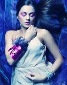 красивая женщина лежала на органзы. спящая красавица. — Стоковое фото