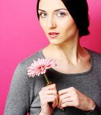 Brunette vrouw met bloemen — Stockfoto