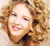 漂亮的年轻女人和卷曲的头发 — 图库照片