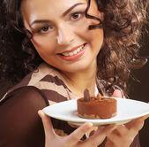 Mujer joven con un pastel — Foto de Stock