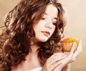 Chica con pastel — Foto de Stock