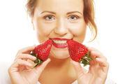 Bela mulher sorridente feliz com morango — Fotografia Stock