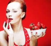 Chica comiendo fresas — Foto de Stock