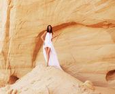 Mujer en el desierto — Foto de Stock