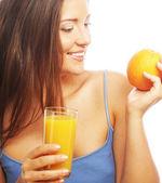 Mulher bebendo suco de laranja — Foto Stock