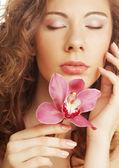 Belle femme avec orchidée rose — Photo