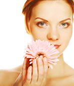 Belle jeune femme avec fleur de gerber — Photo