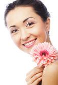 Vacker ung kvinna med gerber blomma — Stockfoto