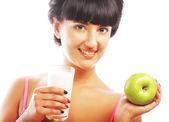Kobieta z jabłkiem i mleka — Zdjęcie stockowe