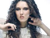 Mooie vrouw met lang krullend haren — Stockfoto